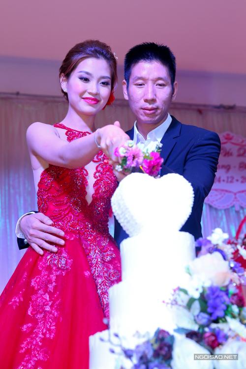 Cô dâu Diễm Trang diện váy đỏ lộng lẫy, luôn rạng rỡ và tươi tắn