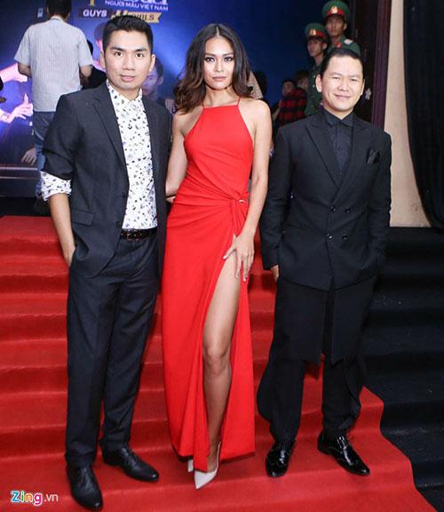 Mâu Thủy chụp ảnh cùng nhà thiết kế Hoàng Minh Hà (phải) và giám đốc sáng tạo Hoàng Anh (trái).