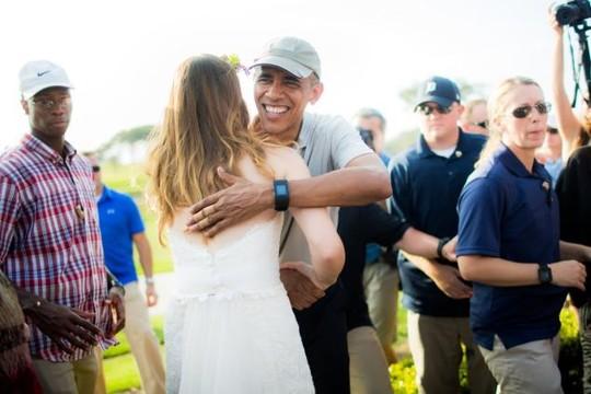 Tổng thống Obama ôm cô dâu chú rể. Ảnh: THE YOUNGRENS