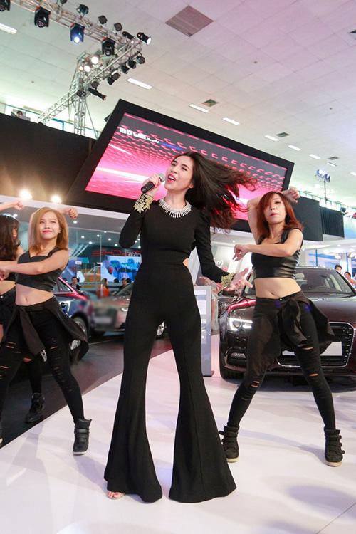 Nữ ca sĩ gốc Kiên Giang trình bày hai bài hit Kiss me và Chàng trai tháng 12 cùng vũ đoàn.