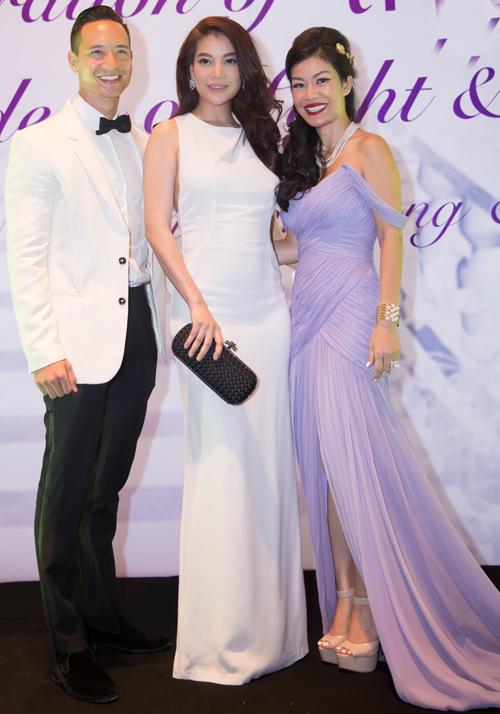 Kim Lý luôn đi cùng người tình tin đồn Trương Ngọc Ánh. Cả hai mặc ton-sur-ton trắng chụp ảnh cùng một người bạn.