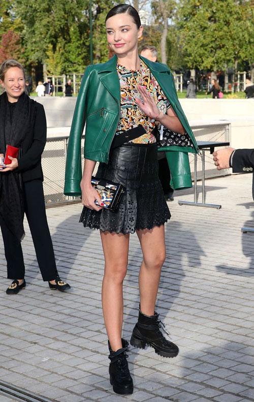 Với phong cách của một người mẫu chuyên nghiệp, Miranda không hề tỏ ra bối rối hay hoảng sợ. Cô tiếp tục tạo dáng và vẫy chào người hâm mộ khi kẻ gây rối bị các vệ sĩ đẩy ra ngoài.