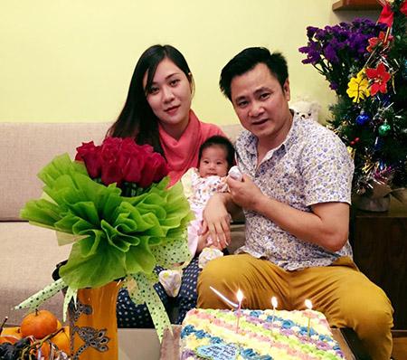 Chiếc bánh gato, cùng bó hoa hồng đẹp đã thay lời yêu thương muốn nói của bà xã Tự Long gửi tới anh trong ánh nến lung linh.