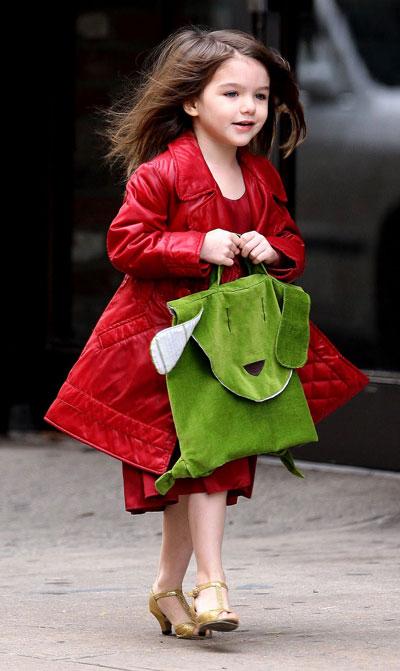 Tuy nhiên, khi Suri xuất hiện dày đặc trên báo với túi, áo hàng hiệu, cộng thêm đi giày cao gót khi mới ba tuổi, đã vấp phải làn sóng chỉ trích mạnh mẽ. Nhiều bậc phụ huynh cho rằng điều này ảnh hưởng tới con cái họ, khi bọn trẻ nhất định muốn đi những đôi giày giống Suri.
