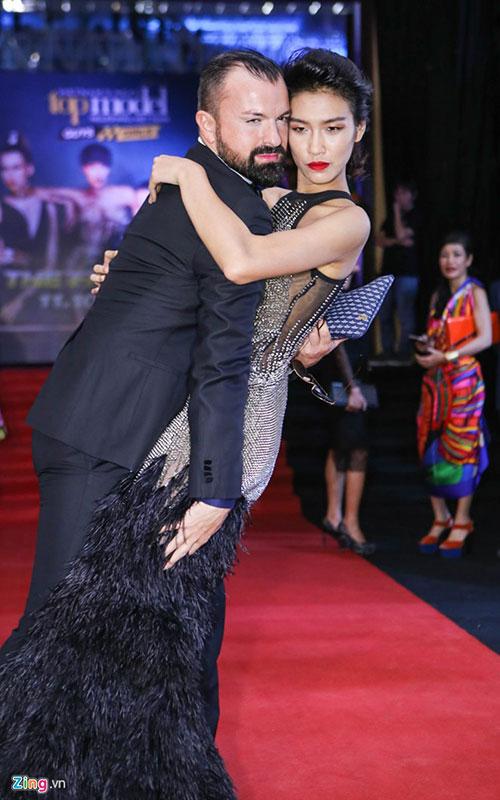 Quán quân Người mẫu Việt Nam 2014 - Nguyễn Oanh - khoe dáng gợi cảm với đầm lông vũ. Cô không ngại tạo dáng thân thiết với nhà thiết kế Julien Fournié trên thảm đỏ.