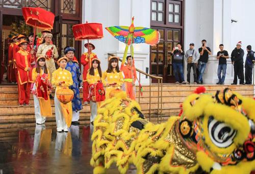 Buổi sáng cùng ngày, Hoàng Phúc tổ chức rước dâu theo phong cách truyền thống xưa của Huế, đậm màu sắc cung đình.