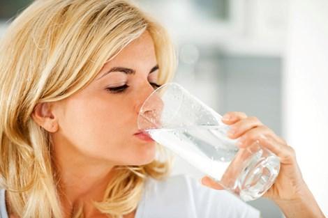 Để bảo vệ sức khỏe, cần uống đủ nước mỗi ngày. Hình minh họa.