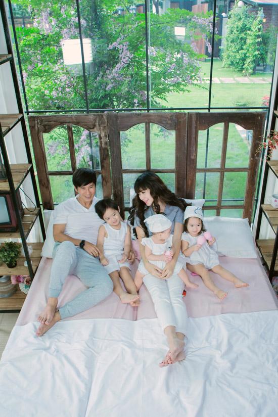 Cặp đôi được nhiều người khen là hình mẫu lý tưởng của showbiz Việt, nhưng họ không dám nhận danh xưng đó. Tài sản lớn nhất của tôi là vợ và con. Cuộc sống của chúng tôi hạnh phúc,bình yên và giản dịnhư bao người, Lý Hải nói.
