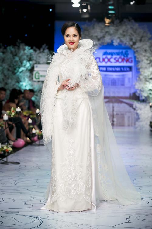 Những thiết kế theo phong cáchtruyền thống dànhcho cô dâu trong ngày trọng đại được trang trí áo choàng mỏng manh là điểm nhấn nổi bật ở bộ sưu tập này.