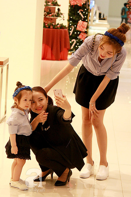 Thậm chí nhiều người còn rất thích thú khi được chụp hình cùng cô bé
