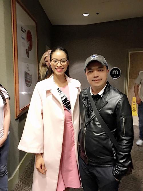 Stylist Tân Đà Lạt cũng bay sang Mỹ dịp này để cổ vũ cho Phạm Hương.