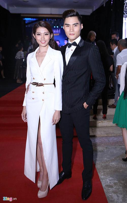 Đồng quán quân mùa trước, người mẫu Quang Hùng, đến dự đêm chung kết cùng bạn gái Quỳnh Châu.