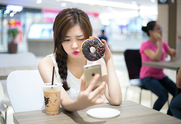 Cũng như nhiều cô gái tuổi teen khác, Hiền rất thích selfie