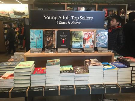 Gian hàng trưng bày các đầu sách bán chạy...