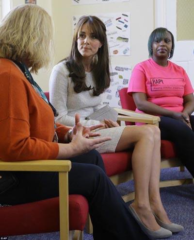 Vợ hoàng tử Anh chăm chú lắng nghe câu chuyện dẫn đến con đường nghiện ngập của những nữ tù tại trại cai nghiện này.