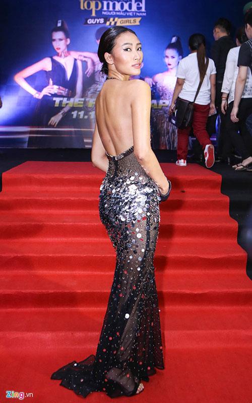 Người mẫu Trang Khiếu khoe đường cong trong bộ đầm khoét lưng táo bạo. Sau khi đăng quang Vietnams Next Top Model mùa đầu tiên, cô mạnh dạn tấn công thị trường quốc tế và đã bước đầu gặt hái được một số thành công.