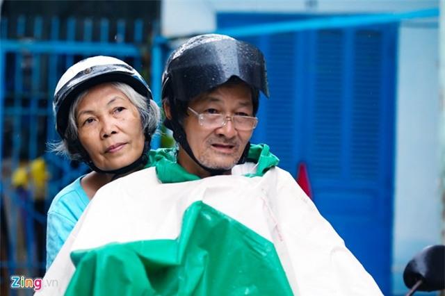 Vợ chồng phượt thủ 60 tuổi ở Sài Gòn