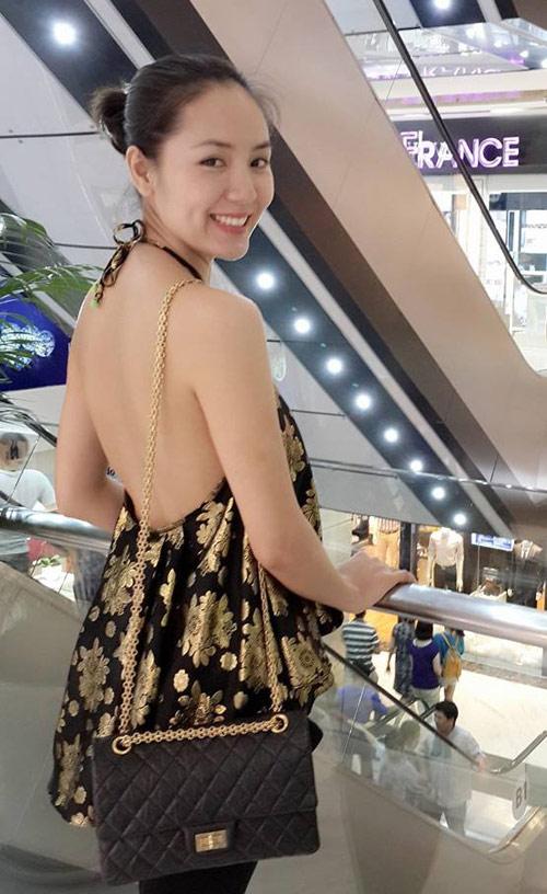 Phương Linh không ngại chi 4.900 USD (110 triệu đồng) để tậu phiên bản Reissue trẻ trung hơn của túi Chanel cổ điển.