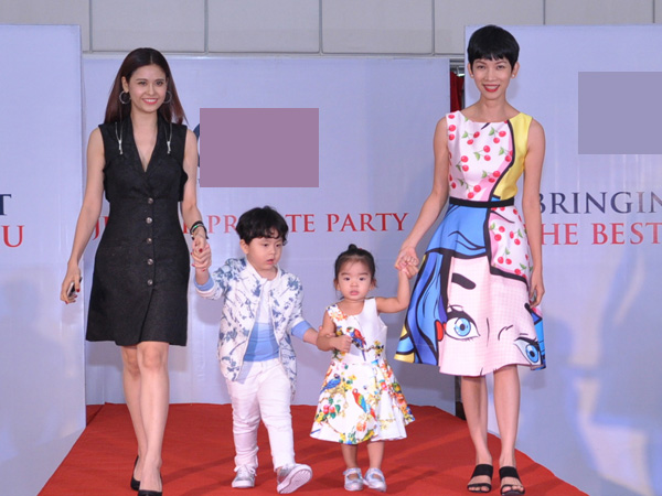 Hai bà mẹ dắt hai con catwalk trong sự tán thưởng nồng nhiệt của khán giả. Sushi còn nắm tay bé Thỏ.