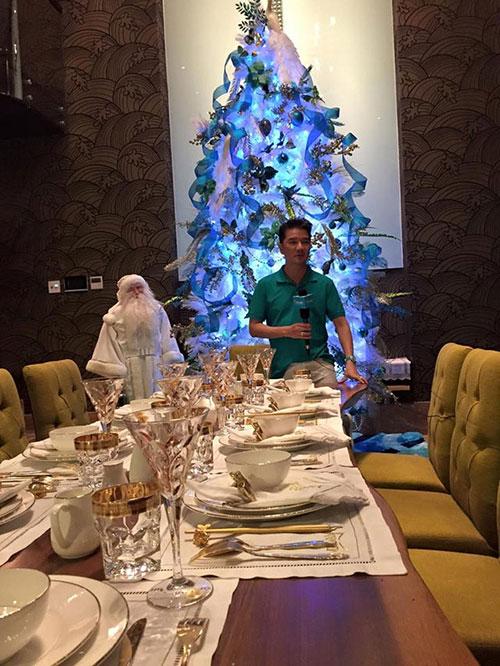 Phòng ăn trong biệt thự được đặt một cây thông trắng do Đàm Vĩnh Hưng đặt làm và thiết kế.
