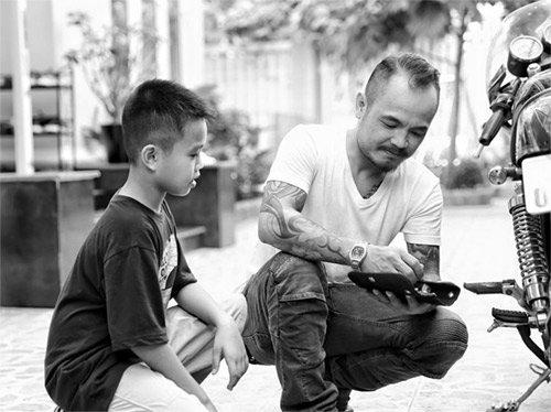 Với con cái, Trần Lập có quan điểm, dù thương con nhưng anh rất nghiêm khắc và thường áp dụng kỷ luật thép để răn đe khi con không nghe lời.