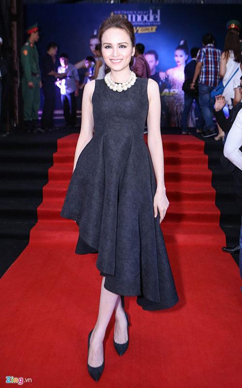 Bà mẹ một con Diễm Hương diện bộ đồ cây đen sang trọng đến ủng hộ người bạn thân - giám khảo Adrian Anh Tuấn và 4 thí sinh.
