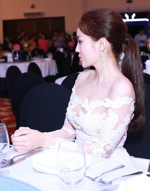 HH Kỳ Duyên vai trần gợi cảm dự tiệc tại Nha Trang - 3