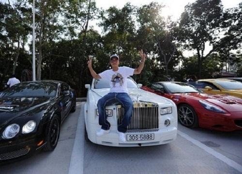 Đỗ Bình Dương bên chiếc siêu xe Roll Royce Phantom.