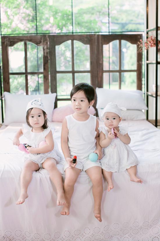 Ba nhóc tỳ đáng yêu nhà Lý Hải - Minh Hà. Cậu cả Rio - Nguyễn Hạo Nhiên năm nay 4 tuổi, bé gái thứ hai là Cherry - Nguyễn Hà Hải My hơnhai tuổi và bé Sunny - Nguyễn Tuệ Minh mới 11 tháng.