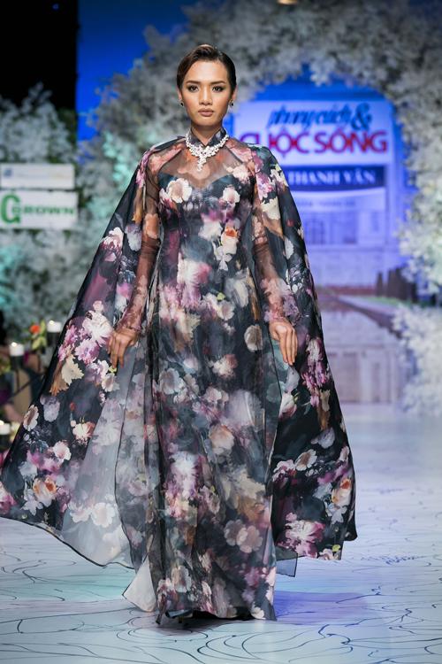 Chất liệu vải lụa in hoa với nhiều gam màu lãng mạn cũng được đưa vào bộ sưu tập áo dài cưới mùa thu đông 2015.