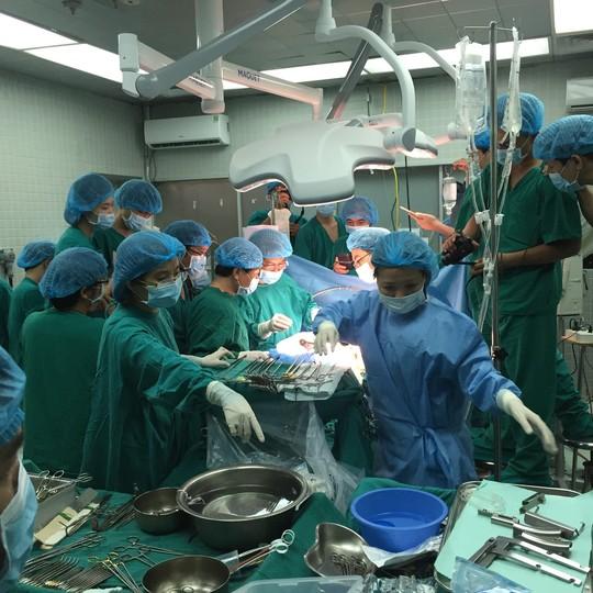 Những hình ảnh lần đầu công bố về ca ghép tạng xuyên Việt - 9