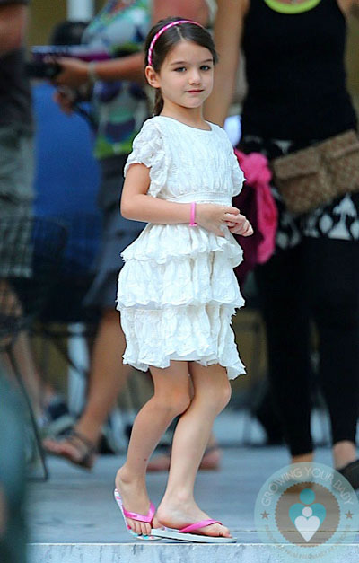 Một nguồn tin chia sẻ với tờ UsWeekly rằng Katie Holmes quyết định rời xa Tom Cruise là vì muốn Suri được đến trường và có cuộc sống bình thường như bao đứa trẻ khác.