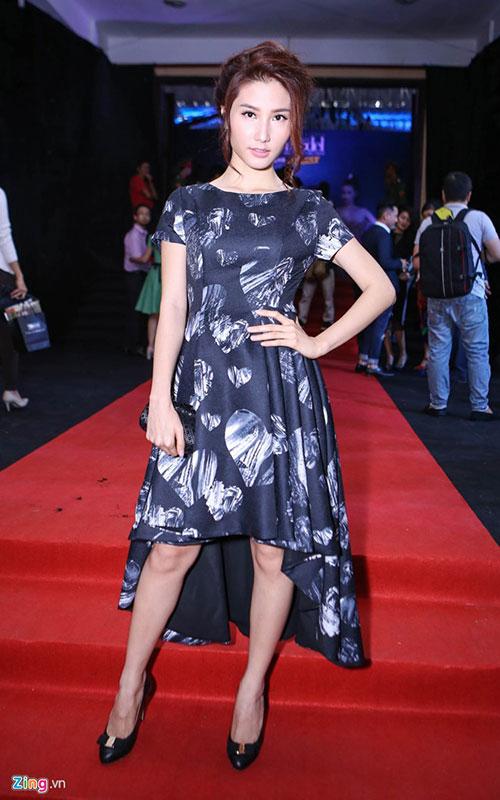 Người đẹp Diễm My cũng chọn trang phục màu đen kín đáo.