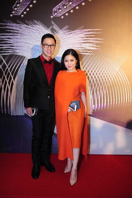 Ca sĩ Hương Tràm nổi bật với thiết kế màu cam ấn tượng