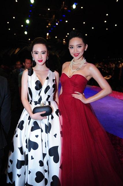 Tình cờ, Angela Phương Trinh và Tóc Tiên được ban tổ chức xếp ngồi cạnh nhau. Đây cũng là dịp hiếm hoi hai gương mặt trẻ gặp gỡ nhau trong một sự kiện