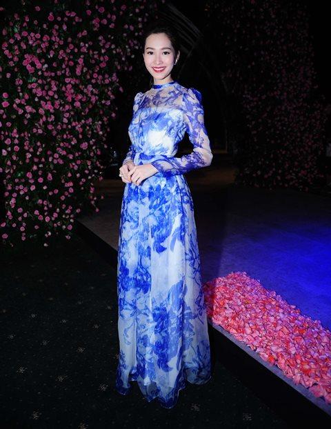 Hoa hậu diện trang phục kín đáo, khoe vẻ đẹp nữ tính và duyên dáng