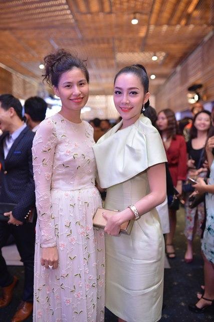 Diễn viên Linh Nga múa (phải)