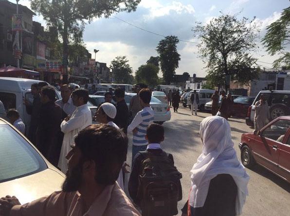 Nhân viên văn phòng đổ xô ra khỏi các tòa nhà. Cả ở thủ đô Kabul của Afghanistan, các nhân viên Liên Hợp Quốc cũng đổ xô đến nơi an toàn để tránh động đất.