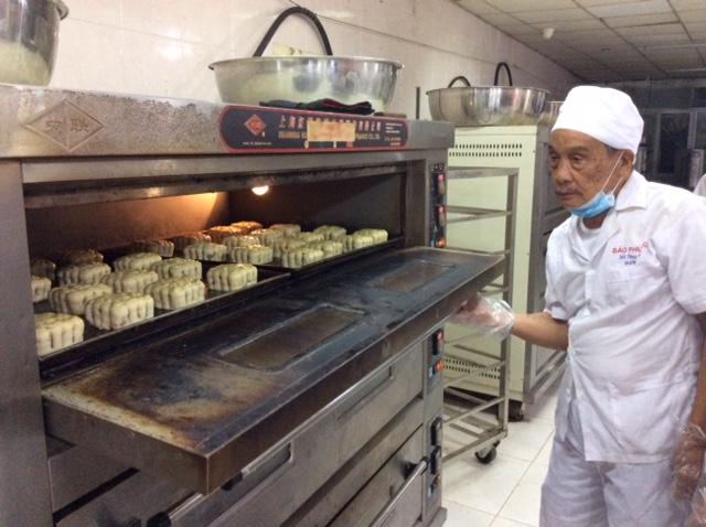 Cụ Phạm Vi Bảo, người khai sinh thương hiệu Bảo Phương đã 85 tuổi vẫn luôn sát sao các công đoạn làm bánh là yếu tố quyết định tạo nên chất lượng và hương vị cổ truyền tại cơ sở **bánh trung thu Bảo Phương 201 và 223 Thụy Khuê – Hà Nội.