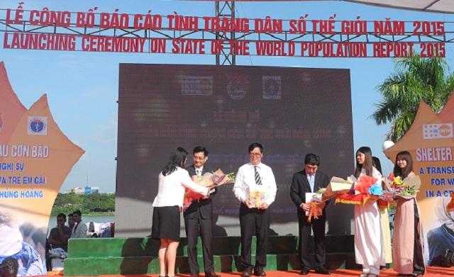 Bà Ritsu Nacken - Quyền Trưởng Đại diện UNFPA tại Việt Nam trao Báo cáo Tình trạng dân số thế giới 2015 cho đại diện chính phủ Việt Nam