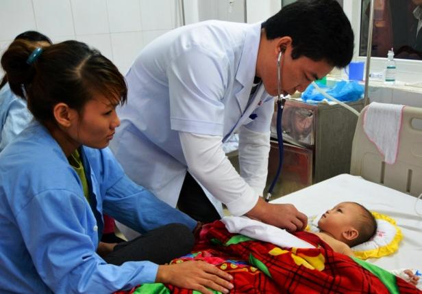 Bé Duy được bác sỹ thăm khám tại bệnh viện