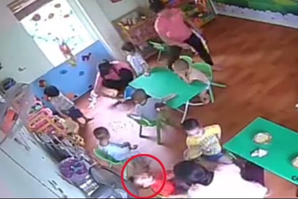 Cô giáo tát học sinh vì không ăn ở Trường mầm non Nụ cười xinh (Hà Nội)