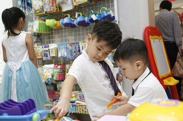 Bin luôn tỏ ra nhường nhịn em Pooh trong cửa hàng có rất nhiều đồ chơi