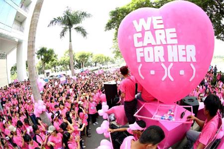Đông đảo các bạn trẻ hưởng ứng mít tinh phòng chống bệnh ung thư, ủng hộ Quỹ Vì ngày mai tươi sáng. Ảnh: P.V