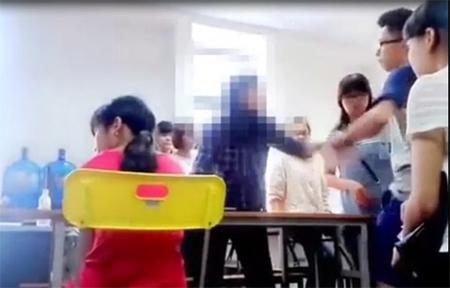 """Đoạn clip tại Trung tâm Anh ngữ Lena của """"cô giáo cung bọ cạp"""" Lê Na khiến cộng động mạng sửng sốt. Ảnh cắt từ clip."""