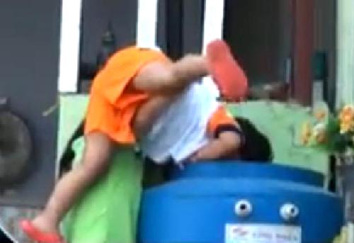 Bảo mẫu Trường mầm non tư thục Phương Anh (quận Thủ Đức, TP HCM) hành hạ trẻ em chỉ vì ép trẻ ăn (ngày 17/12/2013). Ảnh: T.L