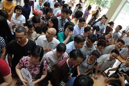 Phụ huynh chen nhau mua hồ sơ xét tuyển vào lớp 6 THCS Lương Thế Vinh, Hà Nội. Ảnh: T.L
