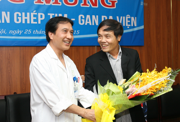 GS.TS Trịnh Hồng Sơn và bệnh nhân Trần Văn Hải - người được ghép gan trong ca ghép tạng xuyên Việt đặc biệt vào tháng 9/2015