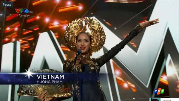 Đại diện Việt Nam, Phạm Hương mặc bộ áo dài chim hạc của NTK Thuận Việt. Cô được giới thiệu là một siêu mẫu ở Việt Nam.