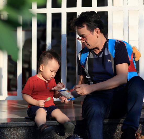Đức Huy chăm chút cho con trai bé bỏng